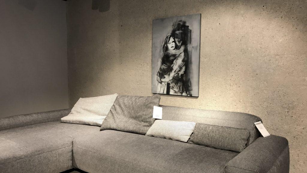 ekspozycja obrazu Weroniki Pawłowskiej na ścianie ekskluzywnego salonu Aksonometria w Warszawie