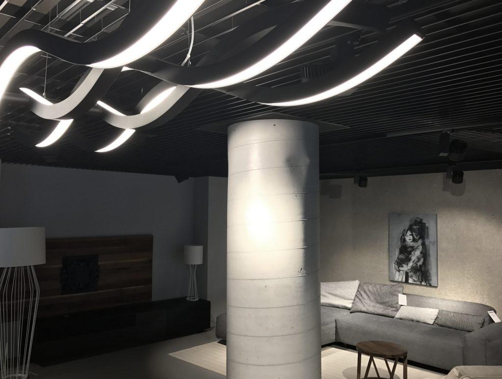 prezentacja pracy w salonie meblowym w Warszawie. Na ścianie wisi praca Weroniki Pawłowskiej