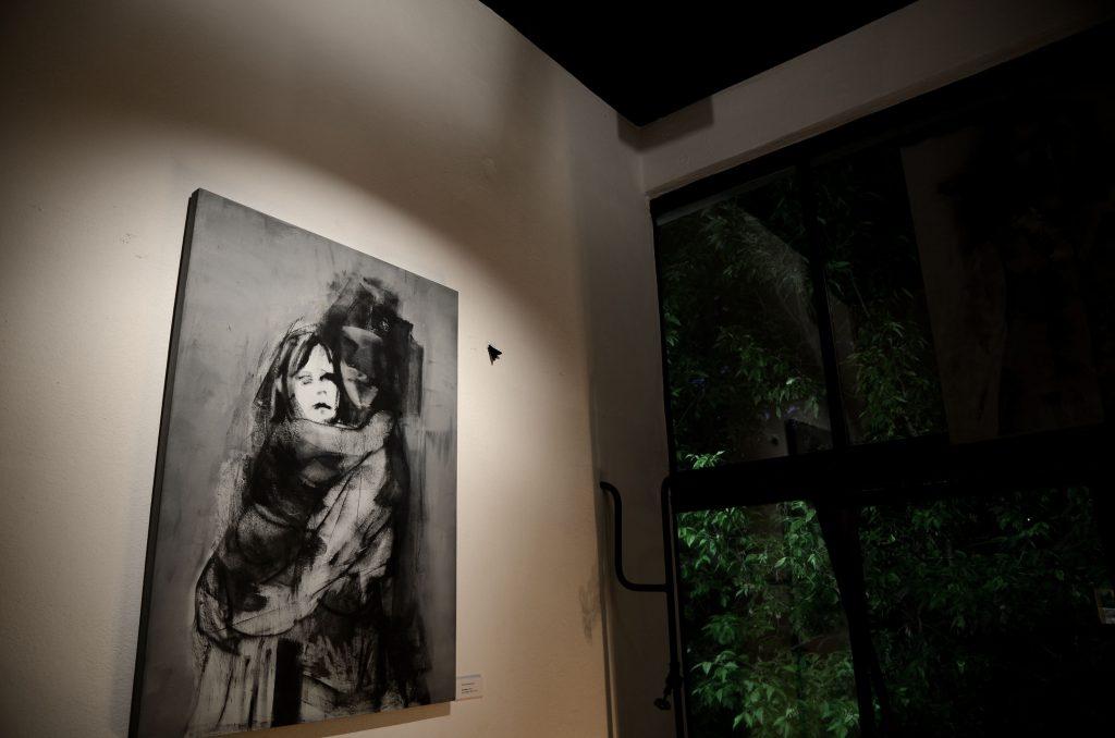 praca Weroniki Pawłowskiej pt. Na rękach na wystawie Spalanie w Galerii Lukka w Warszawie
